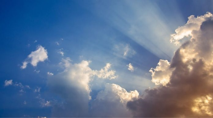 pic of sun rays coming through clouds
